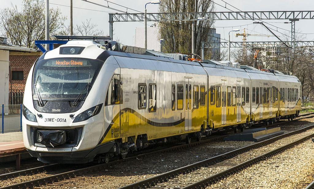 Train en Pologne, désolé si vous vous attendiez à plus de pittoresque. Photo de Bartosz Dziwak