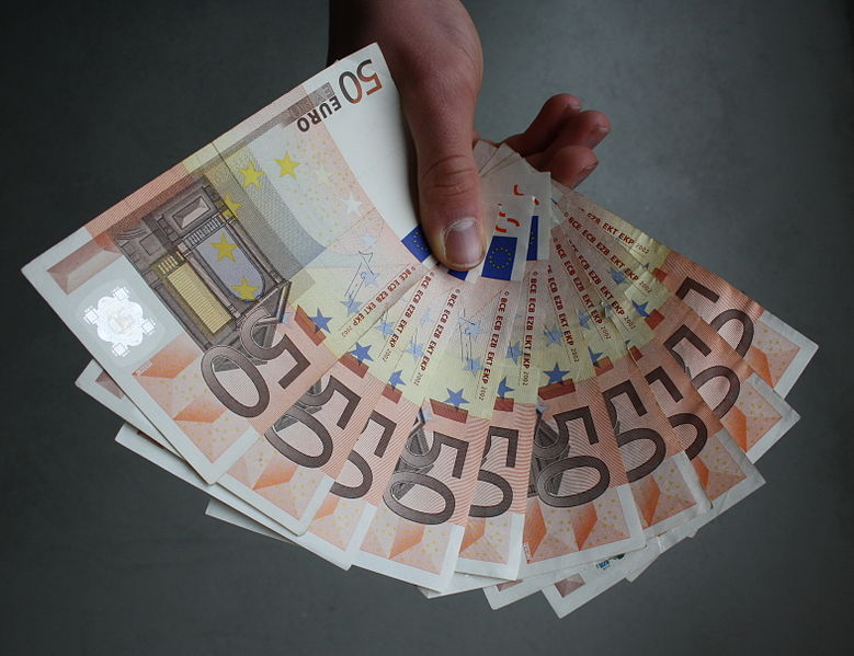 File:50 Eurobanknoten in der Hand aufgefaechert.JPG