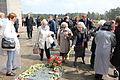 70. Jahrestag der Befreiung des KZ Bergen-Belsen, 26. April 2015 Überlebende aus Polen legen Blumen nieder.JPG