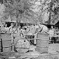 Aanvoer van water in het kamp in Malakka, Bestanddeelnr 255-8146.jpg