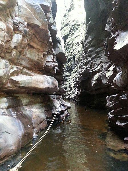 File:Adentrando Cuevas de Kavak.jpg
