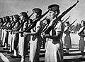 Afdeling Israelische vrouwelijke soldaten in het gelid opgesteld en met het gewe, Bestanddeelnr 255-4944.jpg