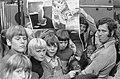 Affiches van Artis voor scholieren gepresenteerd, (midden Artis-directeur Jacobi, Bestanddeelnr 926-7038.jpg