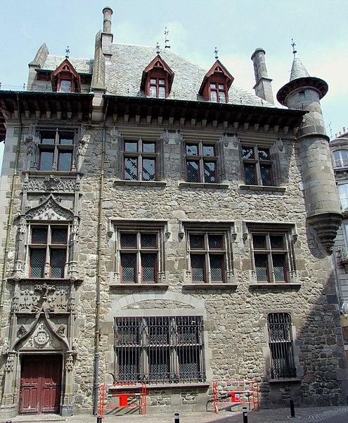 Villes et villages de charme du Cantal 495px-Aurillac_-_Maison_consulaire_-2