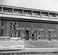 Az Agrártudományi (ma Szent István) Egyetem Kollégiuma, előtte Antal Károly alkotása- Ifjúság (1966). Fortepan 89598.jpg