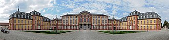 Schloss Bruchsal - Panoramic view of the courtyard (cour d'honneur), corps de logis (centre) and adjoining chapel wing (left) and residential wing (right)