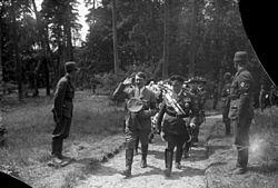 Bundesarchiv Bild 102-03643A, Schorfheide, Überführung Karin Göring.jpg