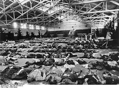 Bundesarchiv Bild 146-1970-050-31, Köln-Müngersdorf, Opfer eines Luftangriffes