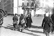Bundesarchiv Bild 183-N1212-319, Riga, Juden müssen aus dem Fahrdamm gehen.