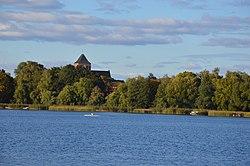 Le lac Kluki et l'église Sainte-Marie en arrière-plan