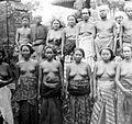 COLLECTIE TROPENMUSEUM Een groep mannen en vrouwen uit Sasak TMnr 10005868.jpg