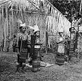 COLLECTIE TROPENMUSEUM Het tonen van Zuidoost-Molukse kleding en gebruiken in Kota Ambon (Taman Wisata) TMnr 20014962.jpg