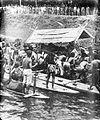 COLLECTIE TROPENMUSEUM Voor de begrafenis van een Dajak hoofd wordt diens doodskist in een prauw gezet Mahakam Borneo TMnr 10003167.jpg