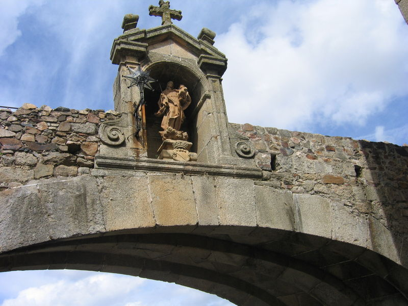 File:Caceres Puerta de la Estrella.jpg