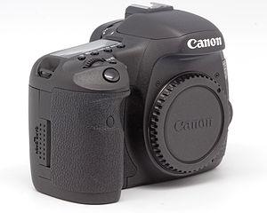 Appareil photo Canon EOS 7D nu, tourné vers la droite