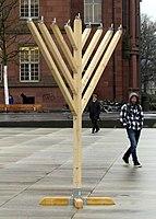 Chanukkaleuchter auf dem Platz der Alten Synagoge in Freiburg.jpg