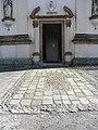 Chiesa della Natività della Beata Vergine Maria, sagrato e portale (Schiavonia, Este).jpg