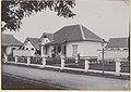 Collectie NMvWereldculturen, RV-A440-dd-130, foto, 'Dienstwoning type A bij de C.W. te Yogyakarta', fotograaf onbekend, 1924-1932.jpg
