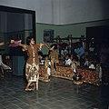 Collectie NMvWereldculturen, TM-20026376, Dia, 'Danseres begeleid door een gamelanorkest op de dansschool Akademi Seni Tari Indonesia (ASTI)', fotograaf Boy Lawson, 1971.jpg