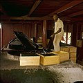 Collectie Nationaal Museum van Wereldculturen TM-20029651 Man die aloe perst Bonaire Boy Lawson (Fotograaf).jpg