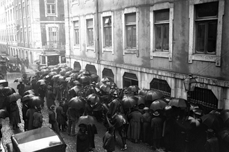 Alves dos Reis - Crowds rush to the Bank of Portugal building in Lisbon, to exchange the fraudulent banknotes (8 December, 1925)