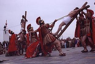 Una rappresentazione della crocifissione a Oliva de la Frontera, in Spagna.