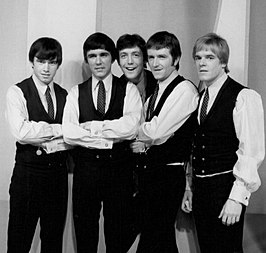 The Dave Clark Five zoals ze in 1966 optraden in The Ed Sullivan Show. Van links naar rechts: Denis Payton, Dave Clark, Mike Smith, Rick Huxley en Lenny Davidson