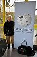 Die Schriftstellerin, Lyrikerin, Korrektorin und Übersetzerin Ute Erb auf der WikiCon 2013 in Karlsruhe vor einer Wikipedia-Stellwand.jpg