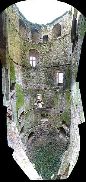 Vue intérieure du Donjon du Château de Clisson , France