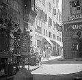 Doorkijk in de suq van Cairo In de koperbazar, met links de verkoop van kopersl, Bestanddeelnr 255-6616.jpg