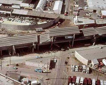 Sebagian jalan layang yang runtuh akibat gempa bumi Loma Prieta pada tahun 1989