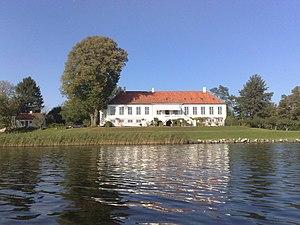 Mølleåen - Image: Farumgårds hovedbygning set fra søsiden