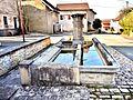 Fontaine-lavoir, au centre du village.jpg