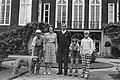 Foto-uurtje Koninklijke Familie op Huis ten Bosch Familie wandelt in de tuin, Bestanddeelnr 932-2833.jpg