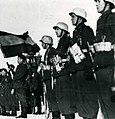 Fotografía de la bandera española presidiendo un acto de la División Azul.jpg