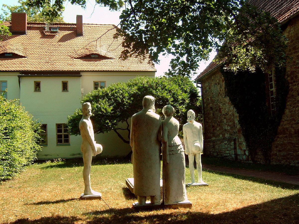 Geburtshaus Friedrich Nietzsches mit Skulpturengruppe Röcken.jpg