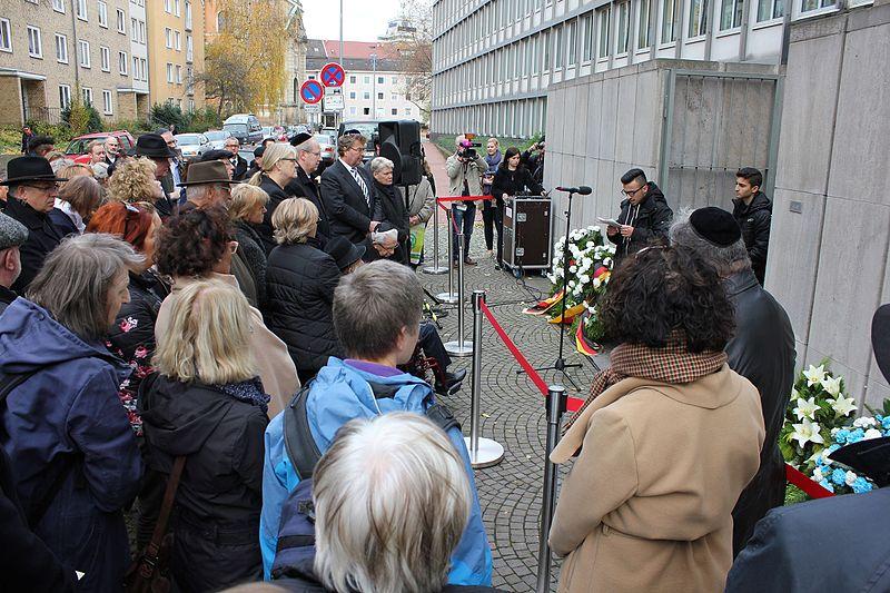 File:Gedenken zur 77. Wiederkehr der Reichspogromnacht in Hannover 3.jpg