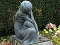 Grabskulptur auf dem Friedhof am Hörnli. Von Édouard-Marcel Sandoz (1881–1971)̠1.jpg