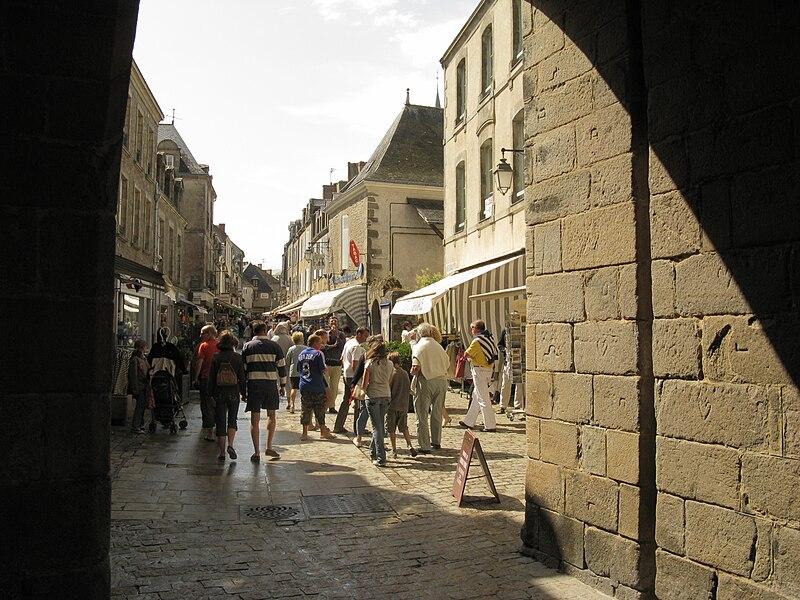 File:Guérande Rue Saint-Michel - view from town gate.JPG