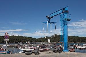 Cortegada Island - Image: Guindastre no porto do Carril coa illa Cortegada de fondo 3