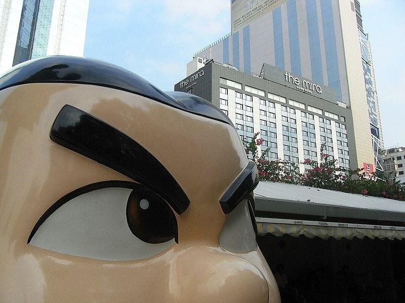 File:HK Kln Park Hong Kong Avenue of Comic Stars 陳國賢 上官小強 Eyebrows black n The Mira hotel Oct-2012.JPG