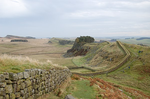 Hadrian's Wall west of Housesteads 3.jpg