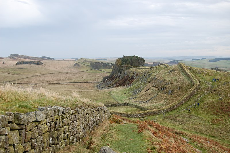 ファイル:Hadrian's Wall west of Housesteads 3.jpg