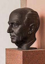 Hans Kelsen (Nr. 17) - Bust in the Arkadenhof, University of Vienna - 0292.jpg