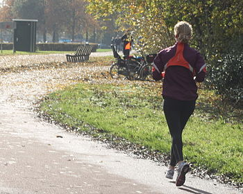 English: Running woman Nederlands: Vrouw die h...