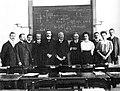 Hendrik Antoon Lorentz met zijn studenten in de collegekamer, Universiteit Leiden, 1909.jpg