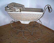 Le landau (appelé pousse-pousse 223px-Historischer_Kinderwagen
