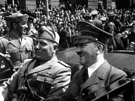 الدكتاتور الألماني أدولف هتلر (اليمين) والدكتاتور الإيطالي بينيتو موسوليني (يسارًا) أدت رغباتهم التوسعية في ثلاثينيات القرن العشرين، إلى اندلاع الحرب العالمية الثانية في عام 1939.