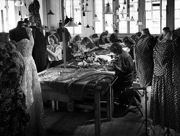 File:Interiör från Franska damskrädderiet på Nordiska Kompaniet. Sömmerskor i arbete - Nordiska museet - NMA.0053276.jpg