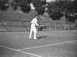 Jack Crawford (tennis) - Jack Crawford in 1929 with flat-topped racket
